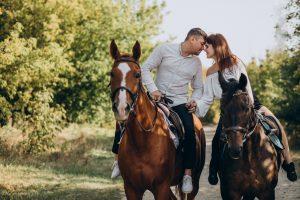 רכיבה זוגית על סוסים